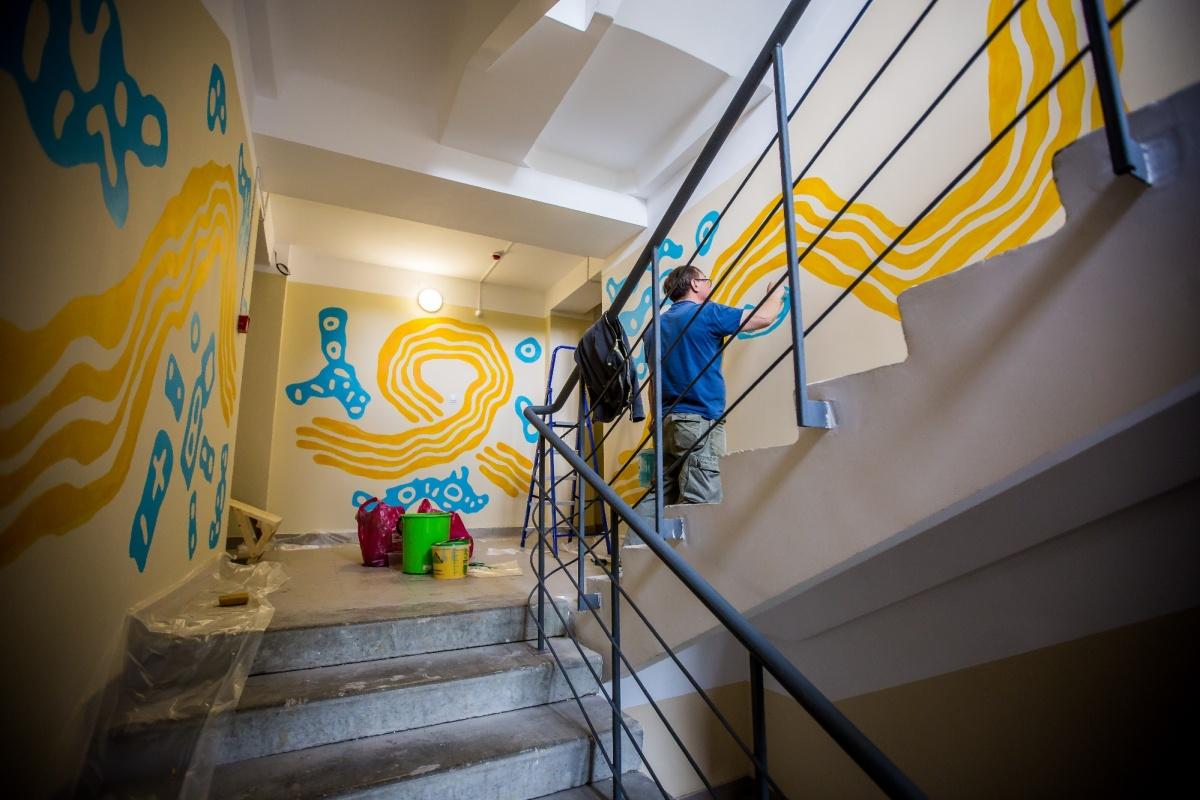 Сергей Беспамятных раскрасил жилой подъезд по мотивам сказа Бажова «Золотой волос»