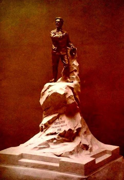 Первый вариант памятника Якову Свердлову работы Матвея Харламова