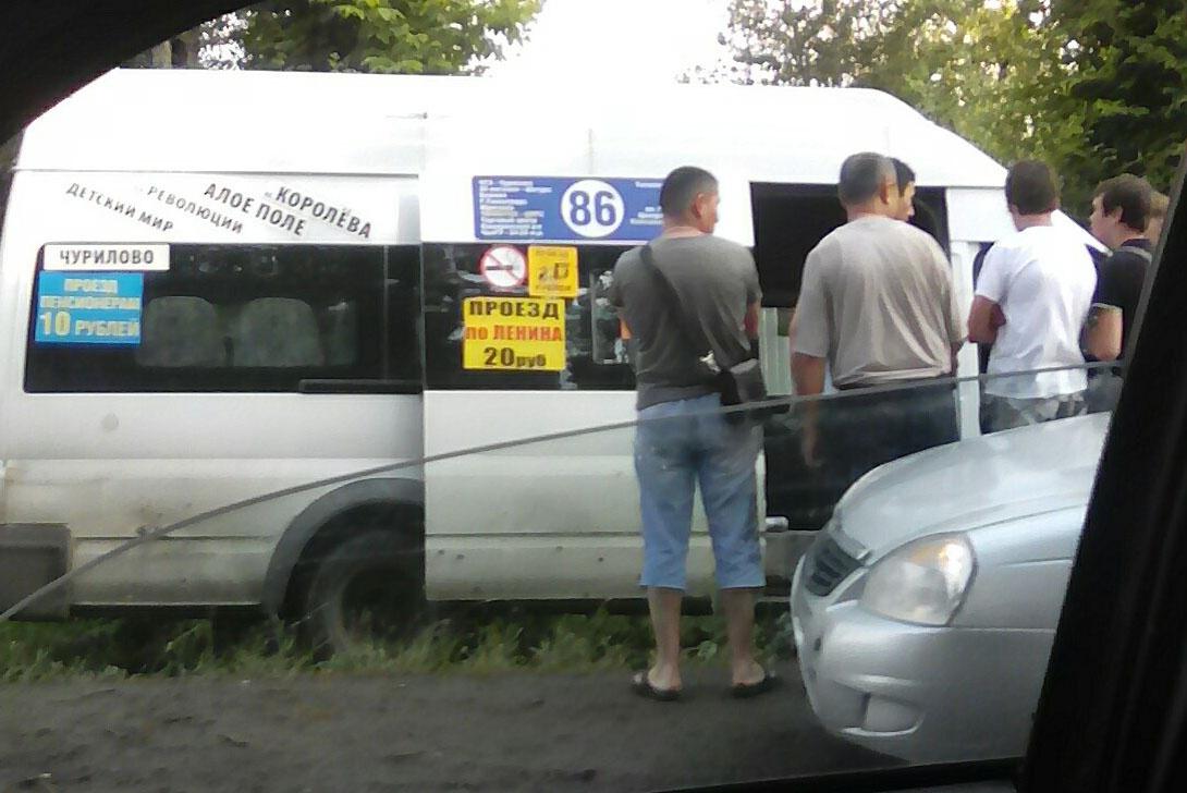 Водителя маршрутного такси зажало в автомобиле