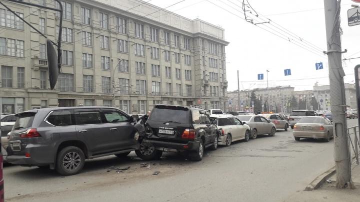 Центр Новосибирска заблокировала авария: рядом с площадью Ленина собрался «паровозик» из пяти машин