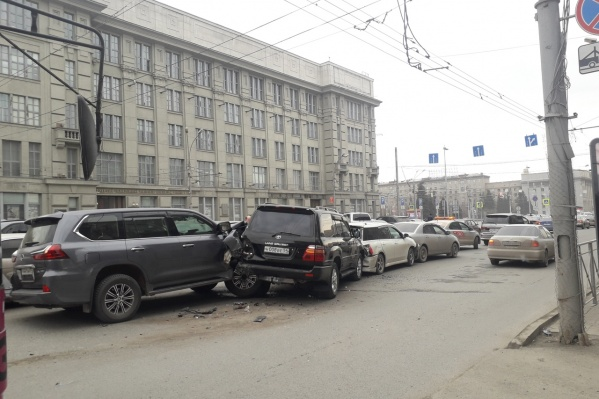 Автомобили встали недалеко от светофора на площади Ленина