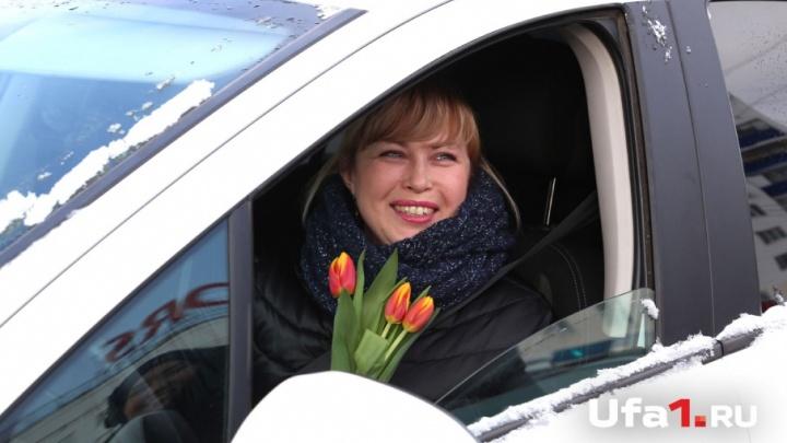 Тюльпан вместо штрафа: госавтоинспекторы поздравили женщин-водителей с праздником