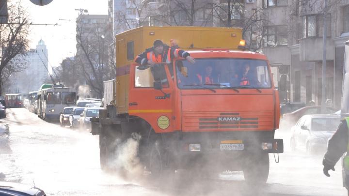 Не подходите к лужам: екатеринбуржцев попросили быть осторожными во время проверки труб кипятком