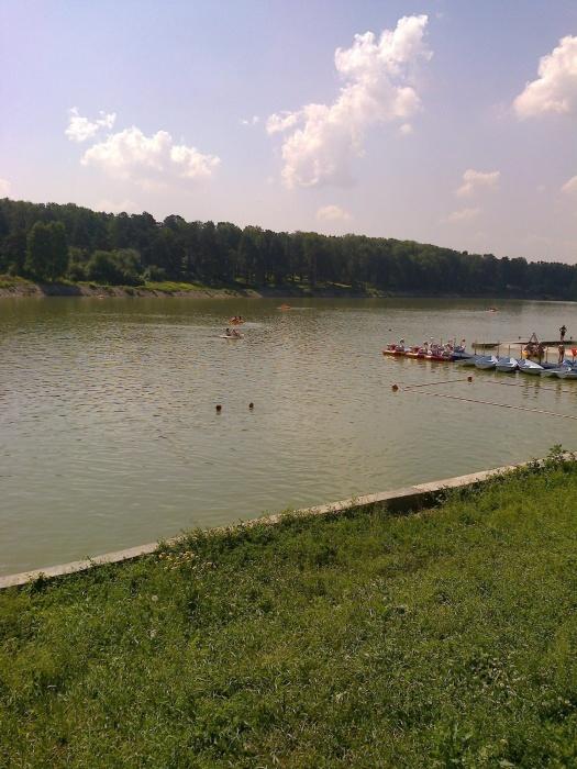 В Кузбассе открылся первый пляж: купаться пока не советуют (фото)