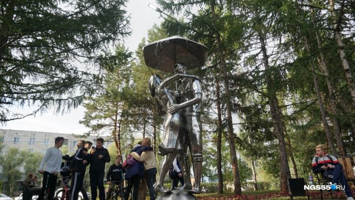 В Омске заработал новый фонтан в виде влюблённой пары