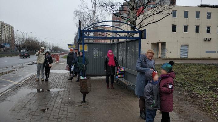 В Ярославле после урагана снесло крышу остановки. Власти не могут её восстановить две недели