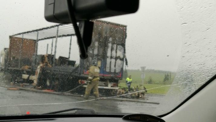 Машины встали в гигантскую пробку под Ревдой из-за горящего грузовика