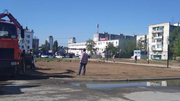 На месте взорвавшегося дома в Волгограде начали стелить газон