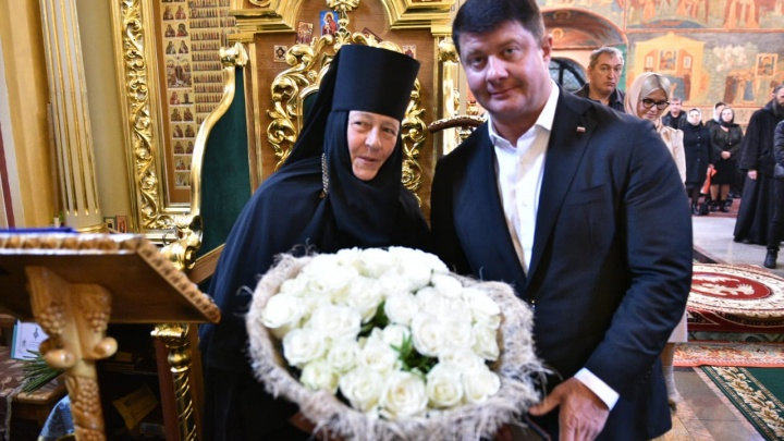 «От всей души»: мэр Ярославля пришел на богослужение митрополита с огромным букетом белых роз