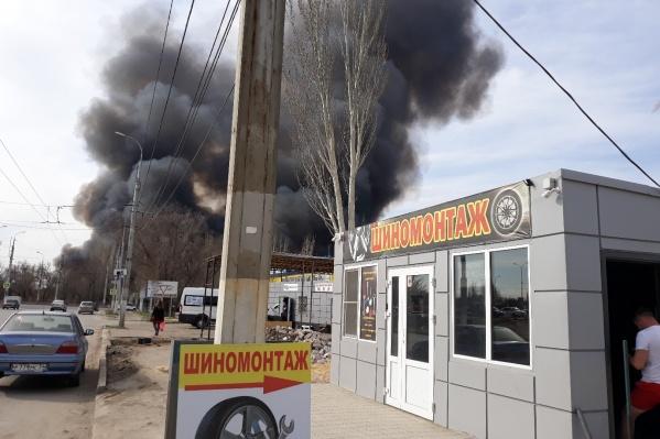 Столбы дыма окутали весь север Волгограда
