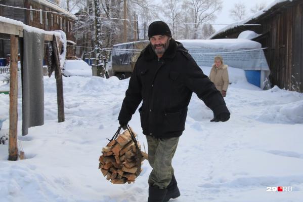 В морозы спасатели не советуют увеличивать количество дров. Используйте обычную охапку