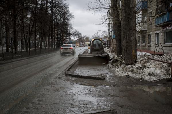Чиновники объяснили инцидент желанием тракториста помочь дорожным рабочим, чтобы им легче было вручную зачищать лотки