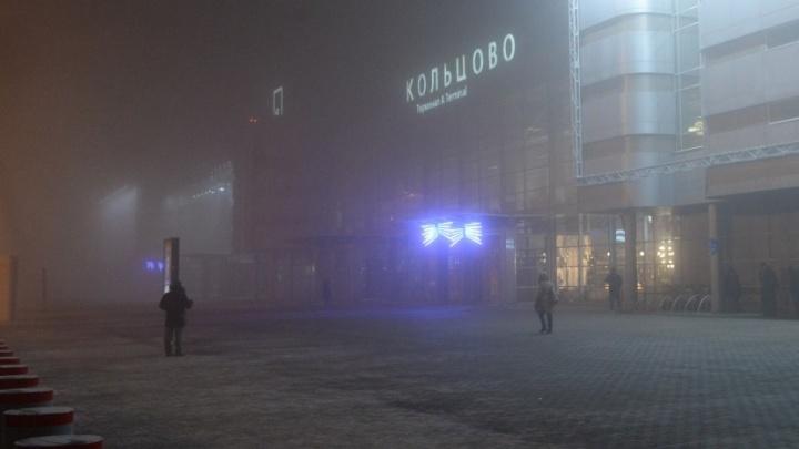В аэропорту Кольцово завершился транспортный коллапс