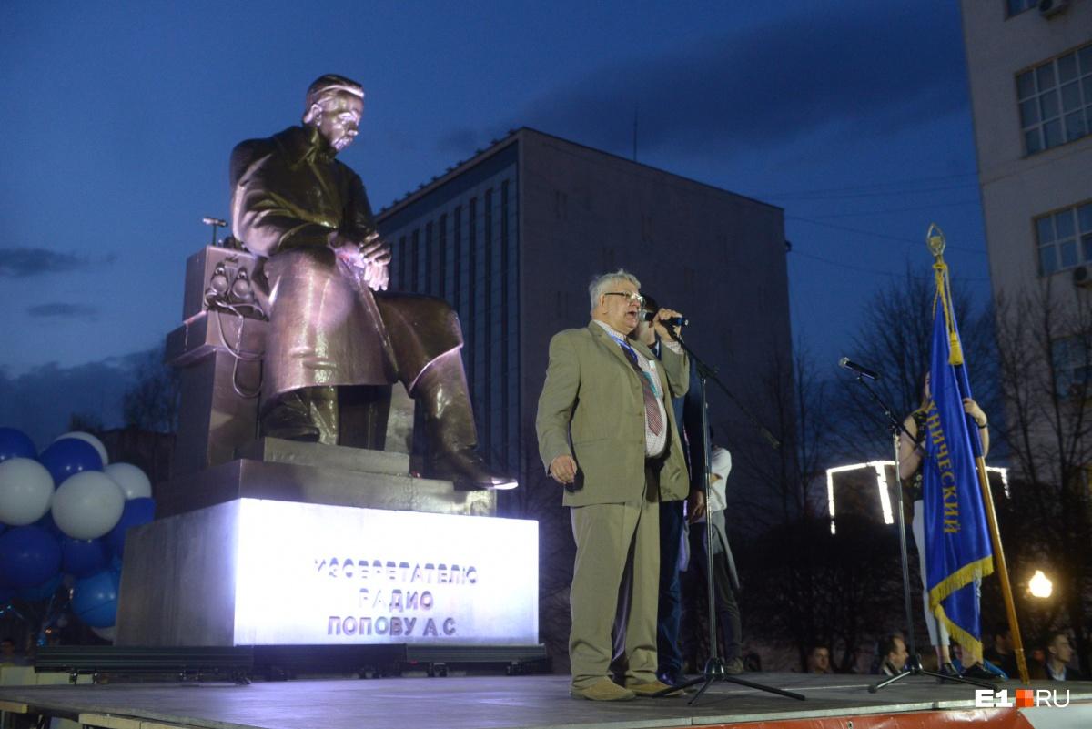 Финальная точка шествия — памятник Попову. Здесь перед студентами выступил организатор шествия, замдиректора ИРИТ-РтФ Олег Гусев