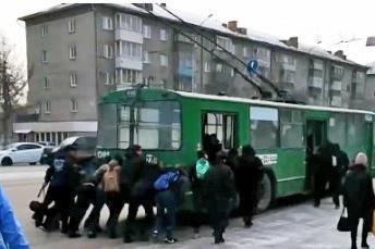 «Был перемещен пассажирами по собственной инициативе»,— сообщили в управлении