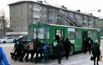 Мэрия прокомментировала ситуацию с троллейбусом, который толкали пассажиры