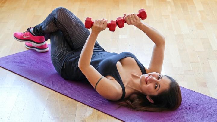 Смотри, какие упругие: фитнес-тренер из Уфы показала 5 простых упражнений для красивой женской груди