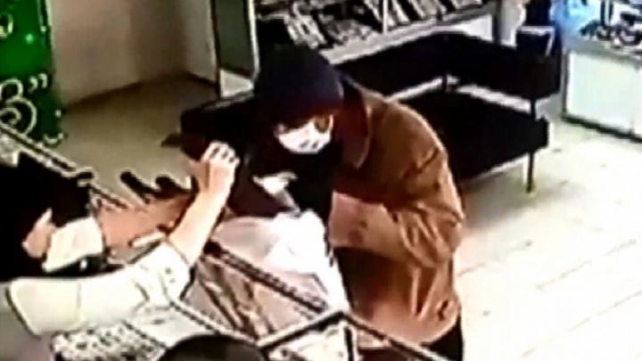 На костылях и с пистолетом: дерзкого грабителя ювелирного магазина осудили на 8,5 лет — видео