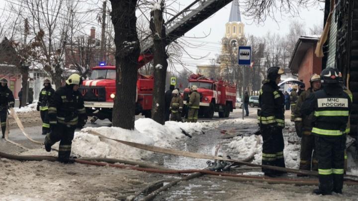 «Сын поджёг родную мать»: в Ярославле загорелся жилой дом. Трансляция