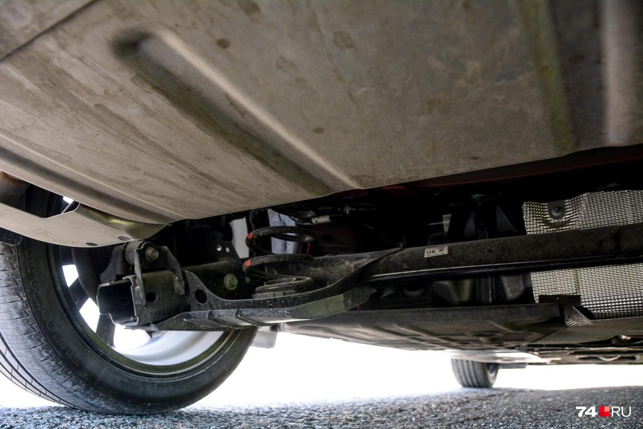 Задняя подвеска — скручивающаяся балка. Когда одно колесо налетает на неровность, второе тоже реагирует