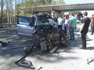 После аварии иномарка практически всмятку