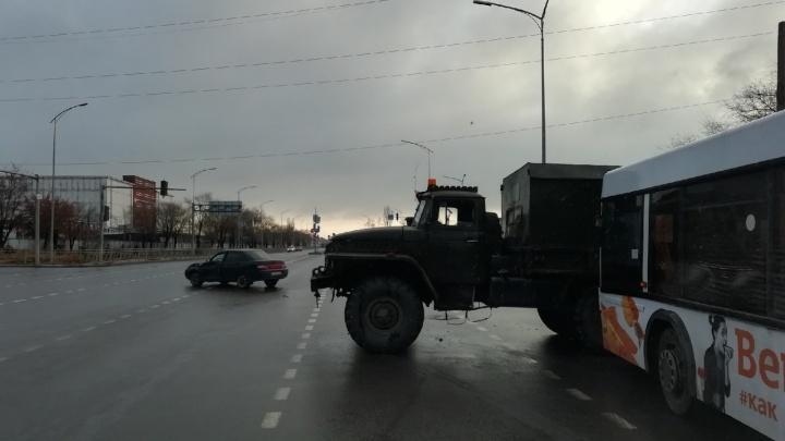 В Волгограде в аварию попал сломанный автобус