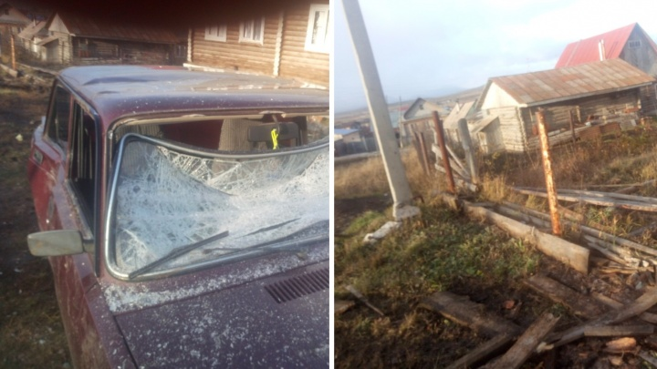 Житель Башкирии на манипуляторе напал на дом соседа и разгромил его машину