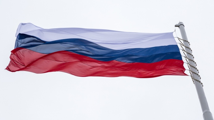 «Позже вернем волгоградский»: порванный флаг региона на набережной заменили российским триколором