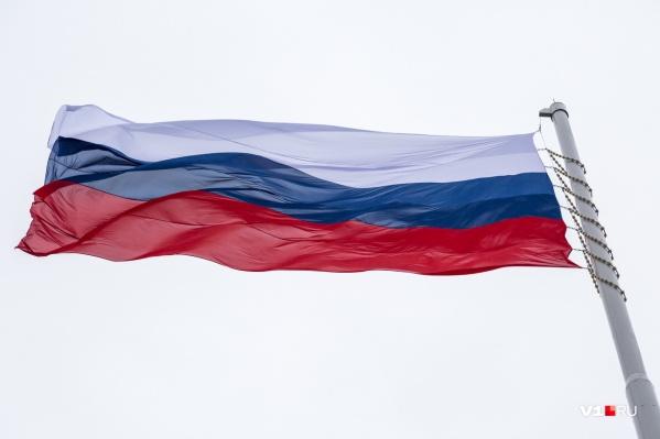На 50-метровом флагштоке вместо флага Волгоградской области появился российский триколор