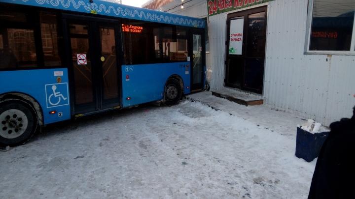«Водитель вышел, а он тронулся»: в Соломбале автобус въехал в остановку