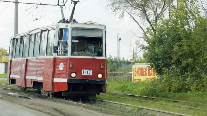 Появились эскизы для омского трамвая, который украсят фотографиями предшественников