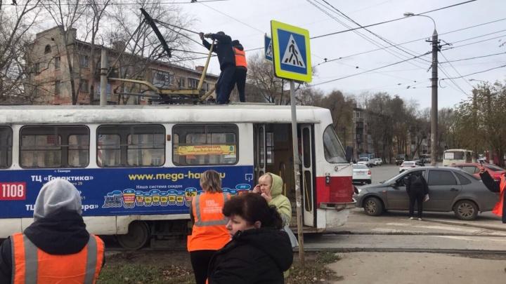 В Самаре водитель автобуса выбил трамвай с рельсов