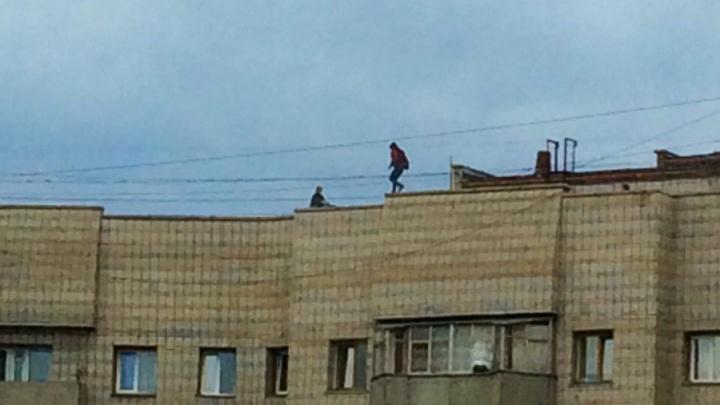 Спасатели сняли с крыши многоэтажки двух подростков