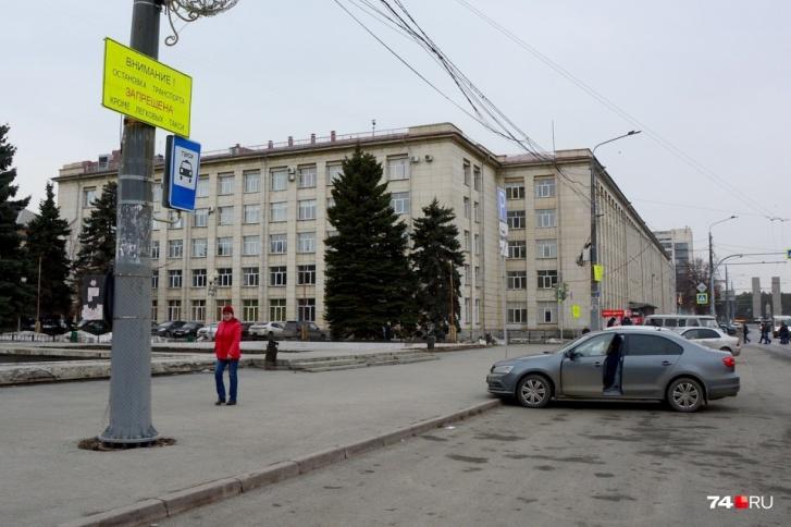 Это же место с другого ракурса. Степана интересует, законна ли эвакуация машины, которая стоит на месте Volkswagen?