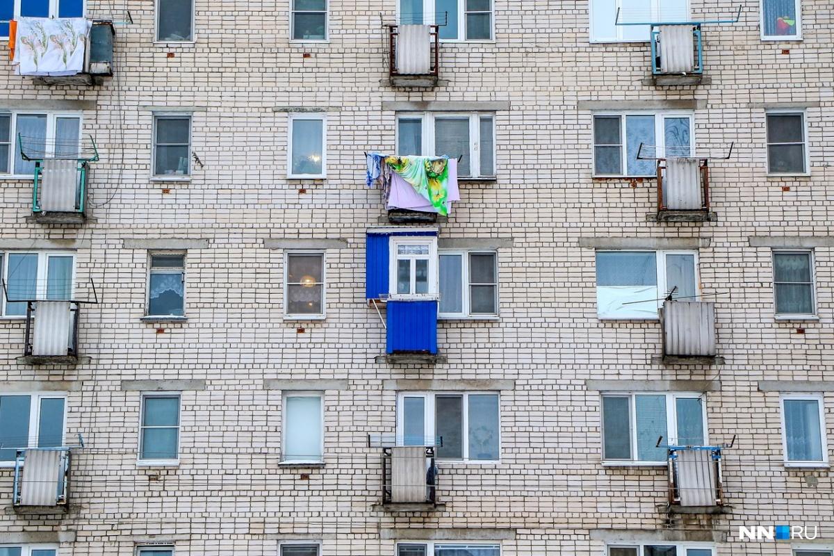 Такой балкон явно выделяется на фоне серых кирпичей