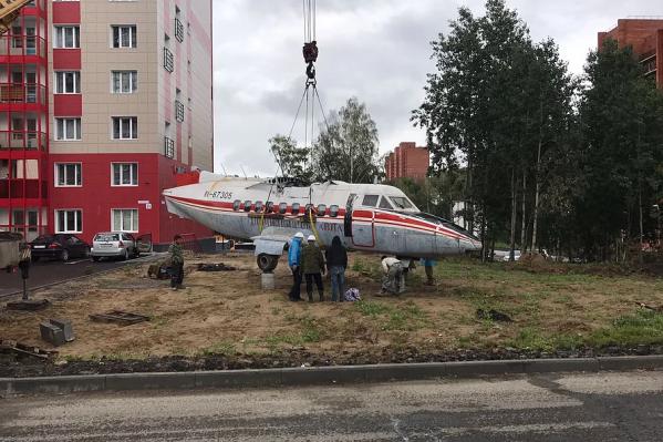 Самолёт собирают во дворе дома на Иркутском тракте, 194«г»