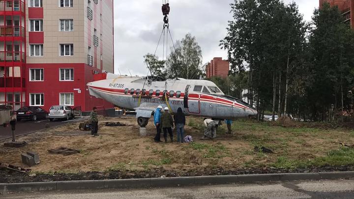 Нашли в гараже самолёт: Л-410 из Новосибирска поставили во дворе томской многоэтажки