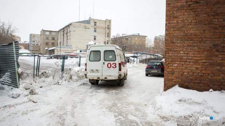 Новосибирец попытался на ходу открыть дверь скорой — на место вызвали второй экипаж с врачами