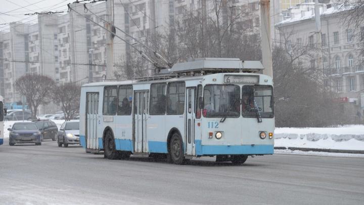 Из-за ремонта лопнувшей трубы в центре Екатеринбурга закроют движение троллейбусов