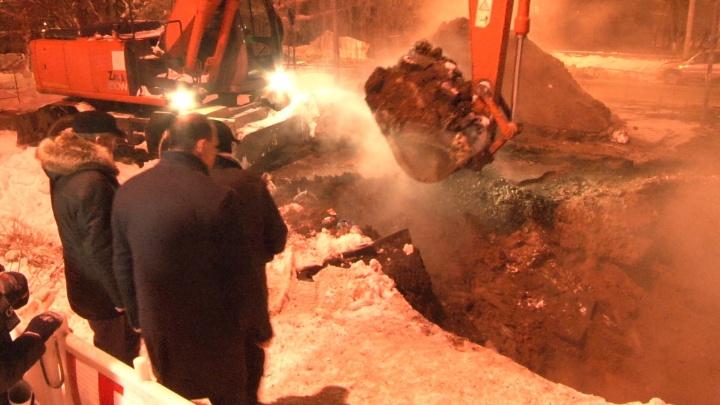 Вскрытый асфальт и комментарий министра: смотрим видео с места крупной аварии на теплосетях