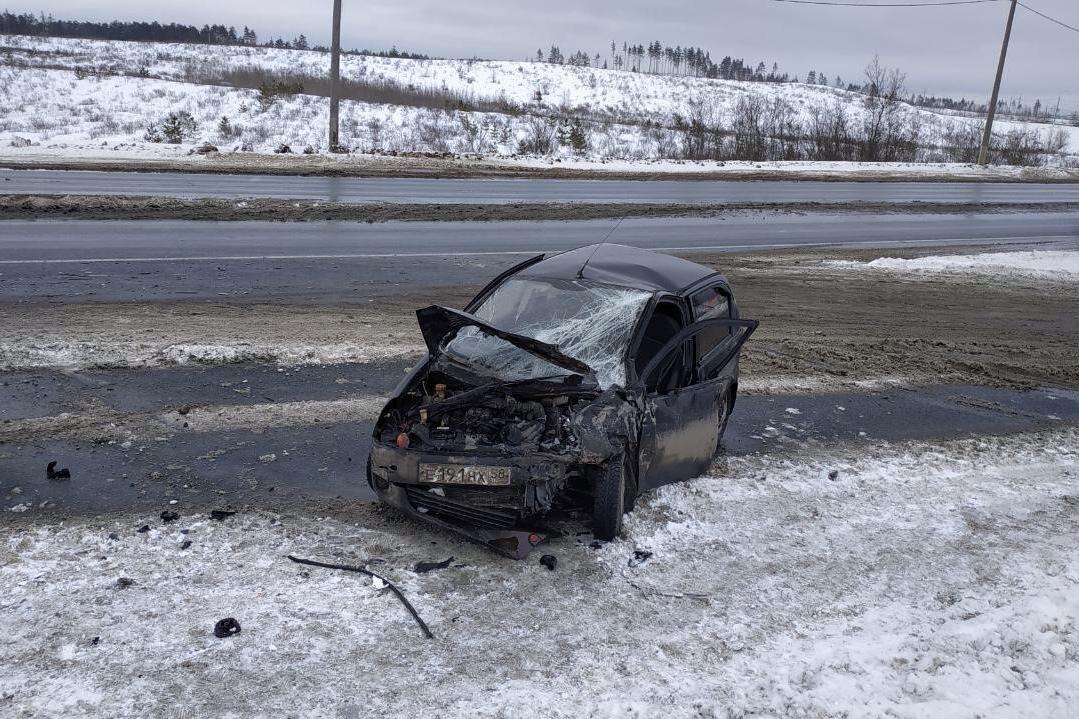 На трассе в Самарской области лоб в лоб столкнулись автомобиль такси иDaewoo