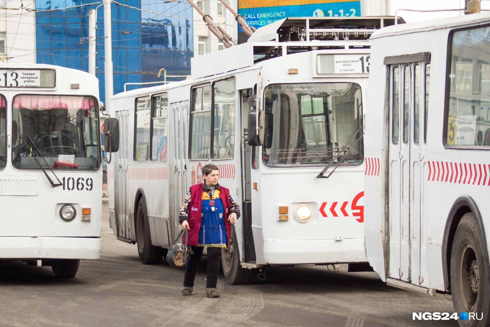 У кондукторов троллейбусов тоже произошли небольшие изменения в зарплате: час их работы стал стоить около 60 рублей