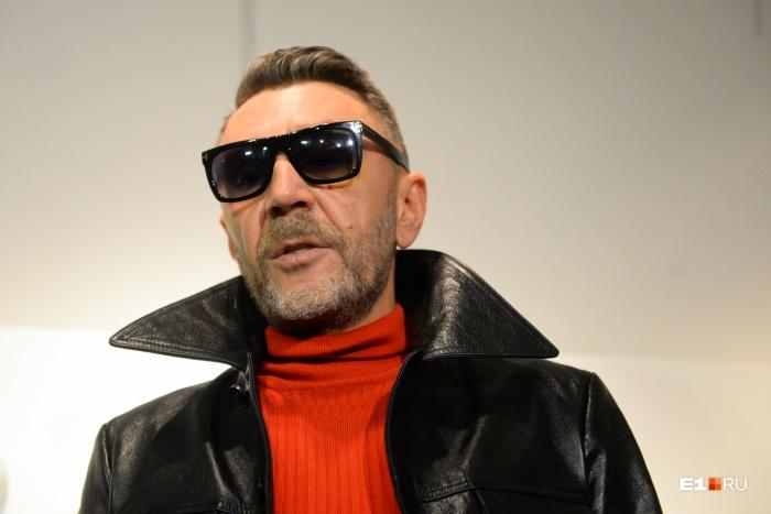 Шнуров пришёл на выставку в темных очках, из-под которых был виден фингал