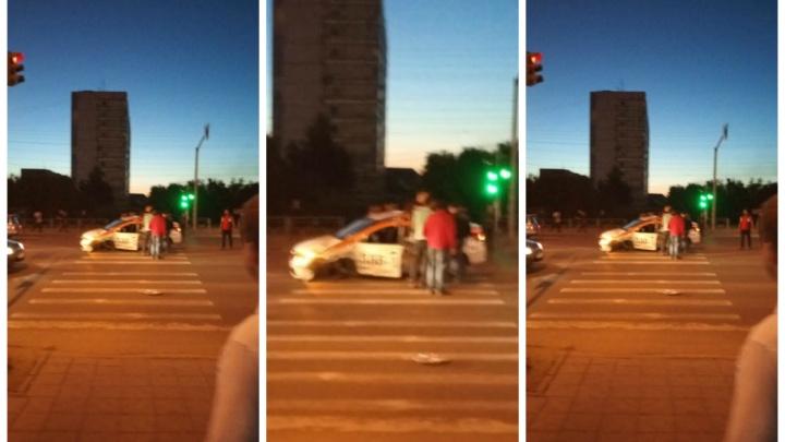 Остались без колёс: на Гусинобродском шоссе столкнулись такси и иномарка