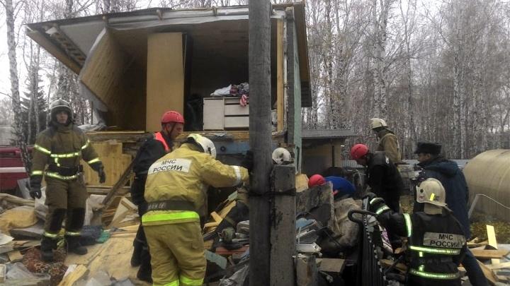В Ленинском округе на двух человек обрушилась стена кирпичного домика