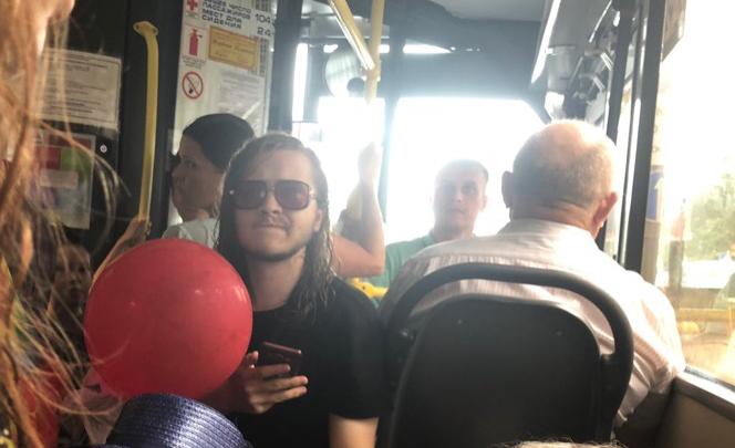 «Мама стучала в двери, но водитель не остановился»: в Тюмени автобус увез ребенка без родителей