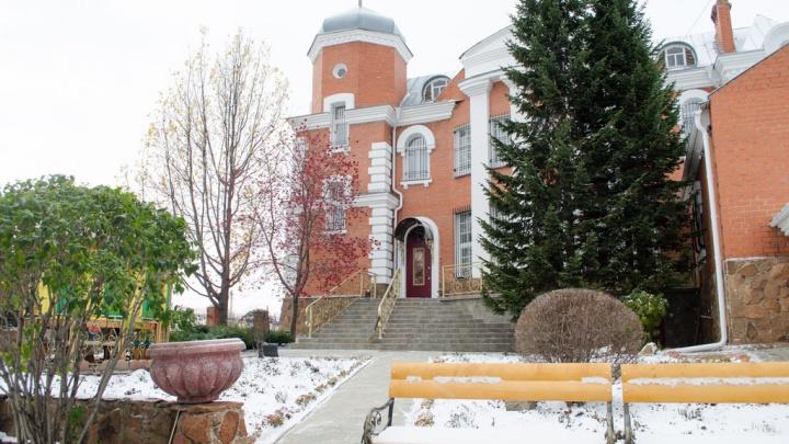 В Омске продают особняк со шпилем и статуей медведя во дворе за 15 миллионов