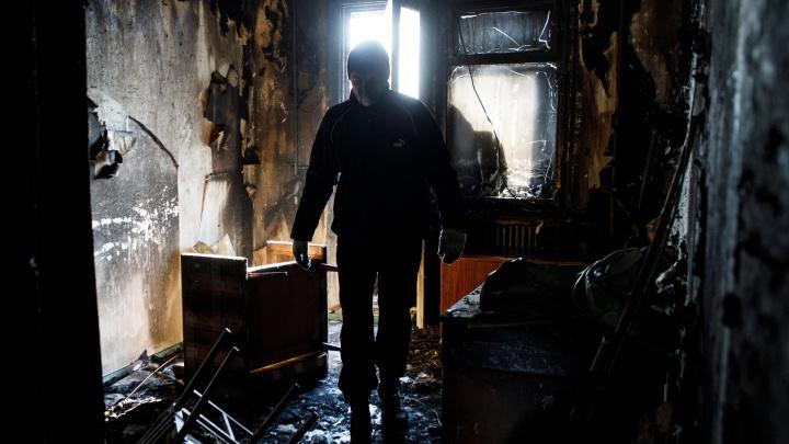 «За жизнь малышки борются врачи»: в Волжском на страшном пожаре в двухэтажке погибла 20-летняя мама