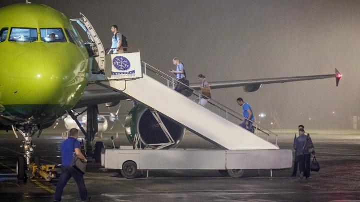 Самолет из Норильска экстренно сел в Сургуте из-за проблем с двигателем