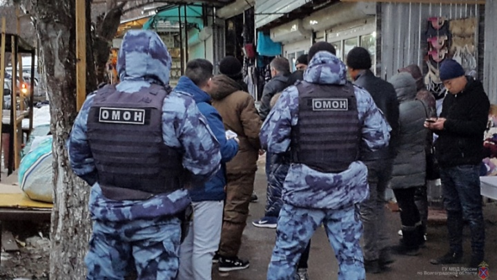 «В полиции 13 иностранцев»: в Волгограде устроили облаву на Тракторном рынке — фото